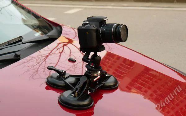 Закрепить фотоаппарат на капоте вашего автомобиля