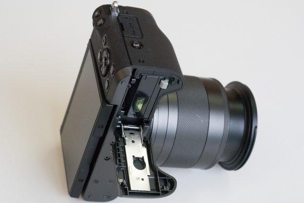 Как аккумулятор, так и SD-карта доступны за дверкой на нижней поверхности камеры