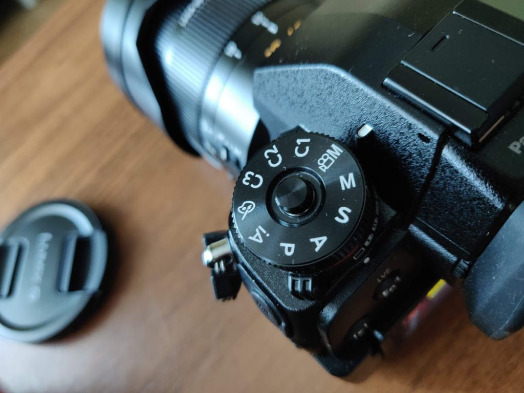 Переведите камеру в режим творческого видео. Это значок М с эмблемой видеокамеры рядом с ним.