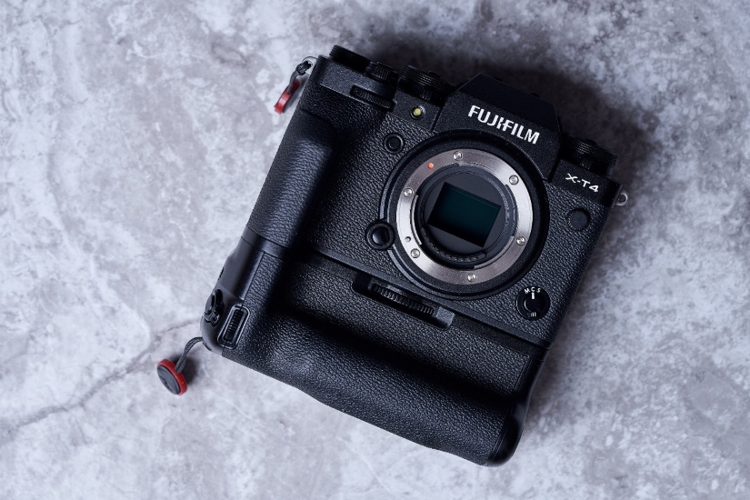 Fujifilm X-T4 с прикрепленной вертикальной рукояткой VG-XT4