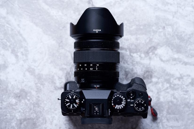 Fujifilm X-T4 с прикрепленной вертикальной рукояткой VG-XT4 - вид сверху