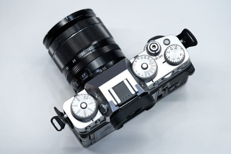 большинство элементов управления X-T4 расположены на верхней части камеры