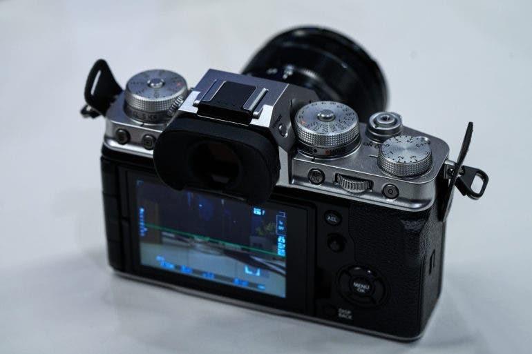 На большей части задней панели X-T4 доминирует 3-дюймовый сенсорный ЖК-дисплей