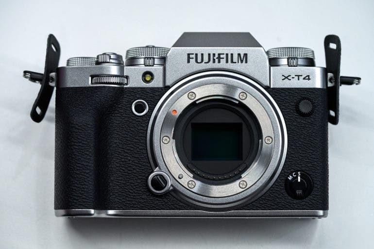 Взглянем на байонет. Fujifilm утверждает, что прочность крепления объектива значительно повышена, о чем свидетельствуют шесть винтов, крепящих кольцо байонета к корпусу.