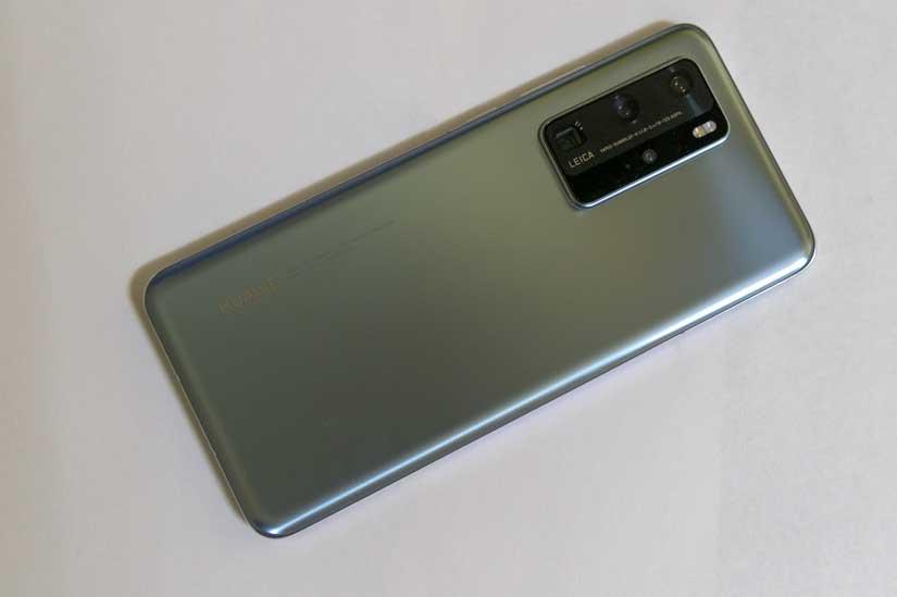 Глянцевая задняя панель Huawei P40 Pro скользкая – лучше прикупить чехол.