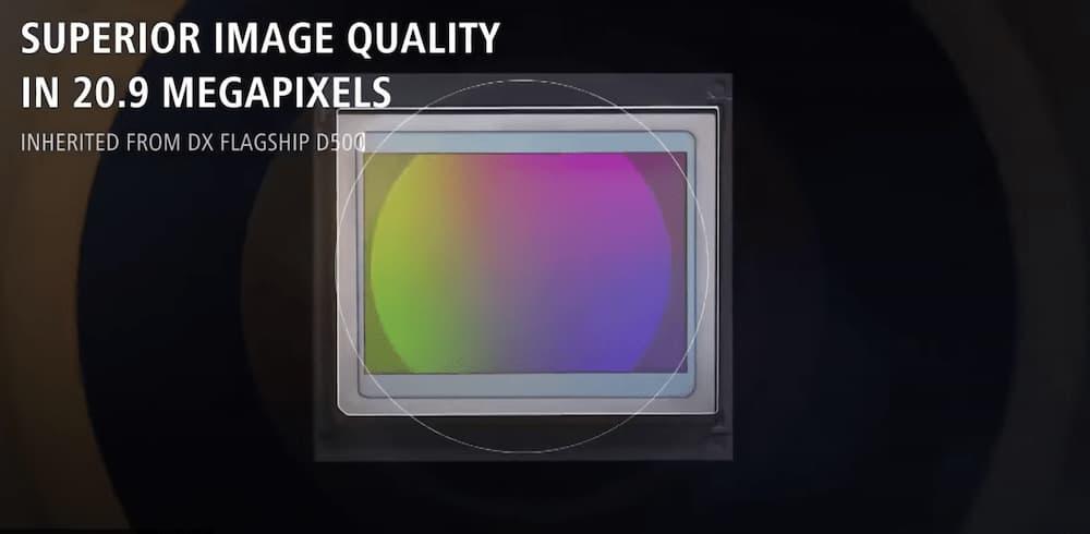 Он использует ту же 20.9MP матрицу в совокупности с процессором EXPEED 5 и системой замера экспозиции, как и в Nikon D500.