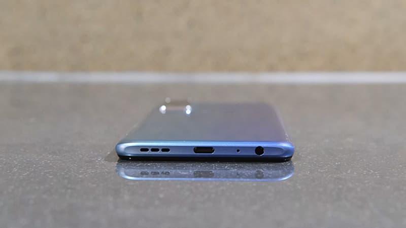 внизу находится 3,5-мм разъем для наушников, основной микрофон, порт USB-C и динамик.